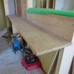 オーク材のカウンターと階段造作