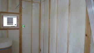高性能グラスウール断熱と外壁板貼り
