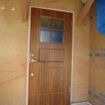 木製玄関ドアと樹脂サッシ