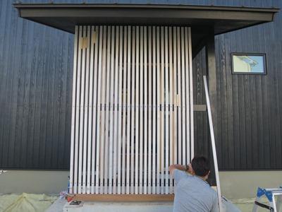 玄関前木製スリット格子