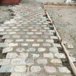 石敷きのアプローチとウッドデッキ
