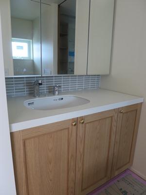 造作洗面台とタイル貼り