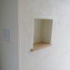 漆喰塗り壁のニッチと室内ガラス枠