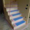 ひな壇の造作階段と気密測定