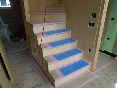 ひな壇の造作階段