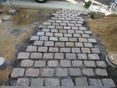 アプローチのアンティーク石敷き