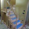 木製スリット手摺とアールの木製垂れ壁