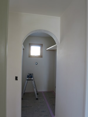 漆喰塗りのアール垂れ壁