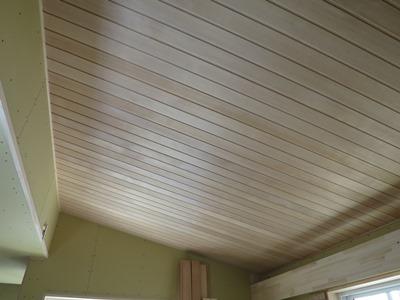 勾配天井の板張り