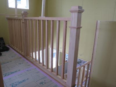 ホールの木製スリット手摺