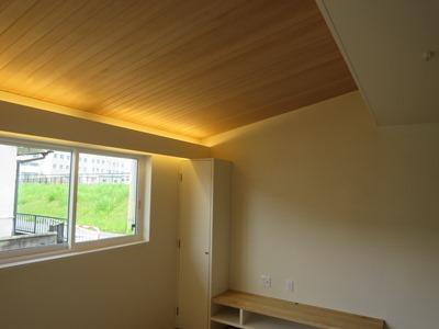 勾配天井の間接照明