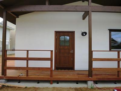 ウッドデッキと木製フェンス