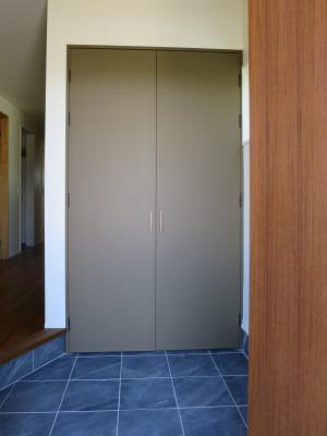 玄関タイルと収納扉塗装